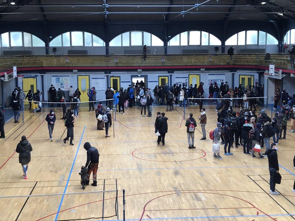 A Paris, un gymnase a été réquisitionné par des centaines de sans-abri et un collectif d'associations pour réclamer des logements, jeudi 6 mai. Crédit : Twitter / Utopia 56