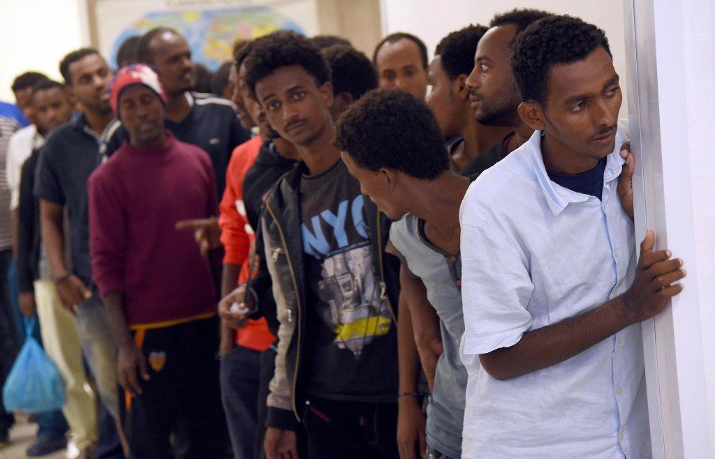 مهاجرون يصطفون للحصول على مكان في المركز القريب من محطة قطارات ميلانو. المصدر: أنسا/ دانييل دال زينارو