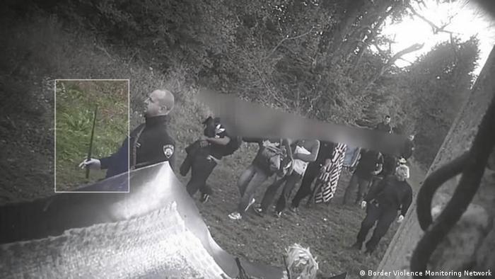 تصویری از سال ۲۰۱۸ که ماموران کرواسیا را نشان می دهد. آن ها که به باتوم مجهز هستند، گروهی از مهاجران را به بوسنیا به عقب می رانند./ Copyright: Border Violence Monitoring Network