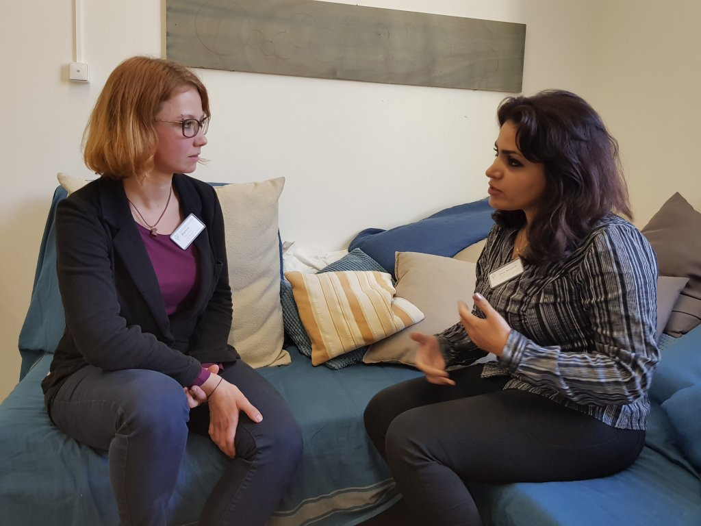 Soul talk: Lead psychologist Alexandra Blattner (left) in discussion with peer counselor Parisa from Iran  | Photo: Benjamin Bathke