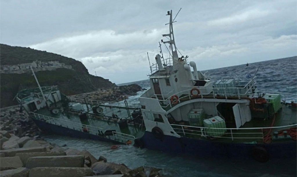 صورة متداولة على حسابات عدد من الصحفيين اليونانيين يقال إنها للناقلة التي أقلت المهاجرين الـ190 إلى جزيرة كيا. المصدر: تويتر