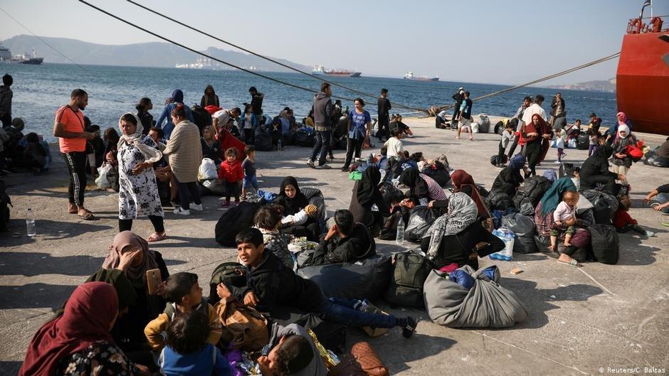 مهاجران و آوارگان در انتظار انتقال به اردوگاه ها هستند./عکس: Reuters/C.Baltas