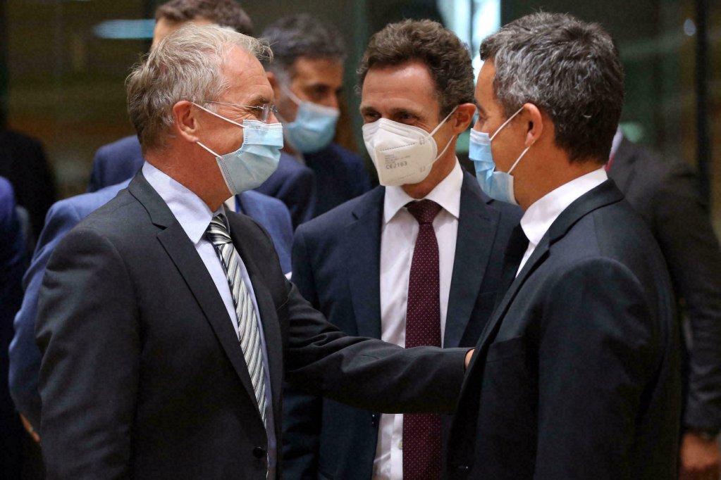 Le ministre français de l'Intérieur Gérald Darmanin (à droite) discute avec son homologue slovène Ales Hojs (à gauche), lors d'une réunion d'urgence du Conseil européen au sujet de l'Afghanistan, le 31 août 2021 à Bruxelles. Crédit : AFP