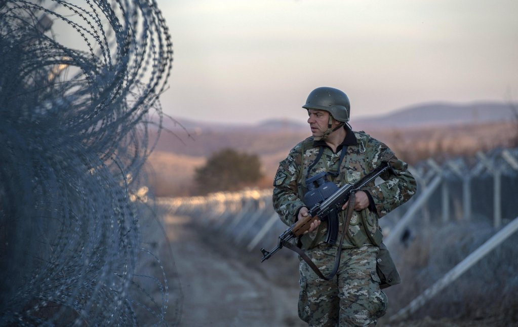 ansa/ جندي مقدوني بين أسوار الأسلاك الشائكة على الحدود مع اليونان، بالقرب من جيفجيليا بمقدونيا. المصدر: إي بي إيه/ جورجي ليكوفيسكي