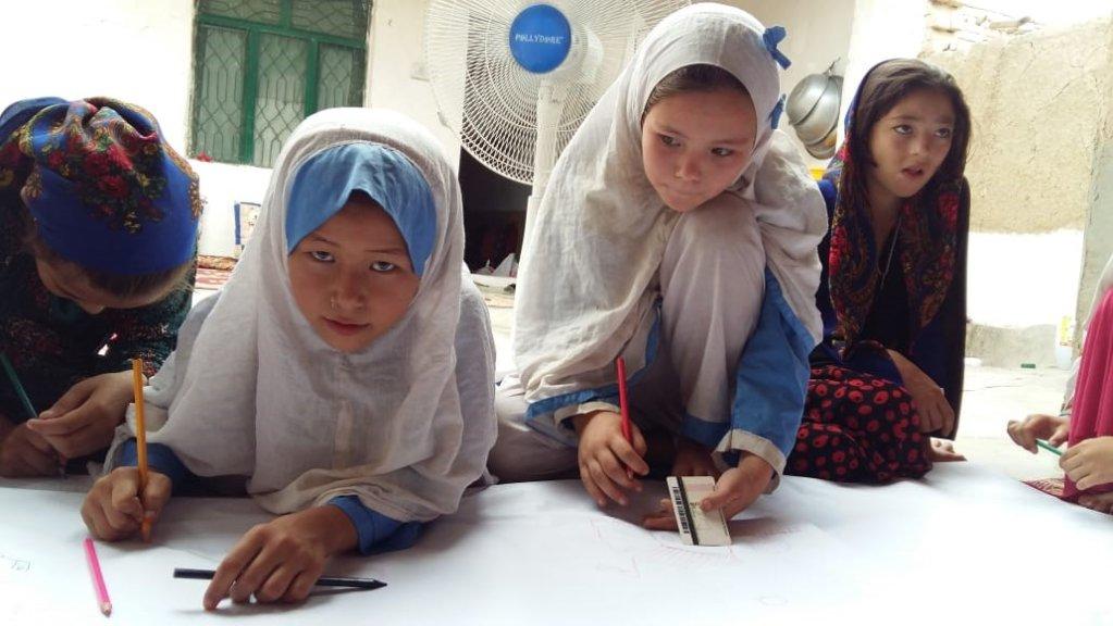افغان انجونې د پاکستان په یو ښوونځي کې انځورګري کوي. انځور: م. حسنین، یو ان اچ سي ار