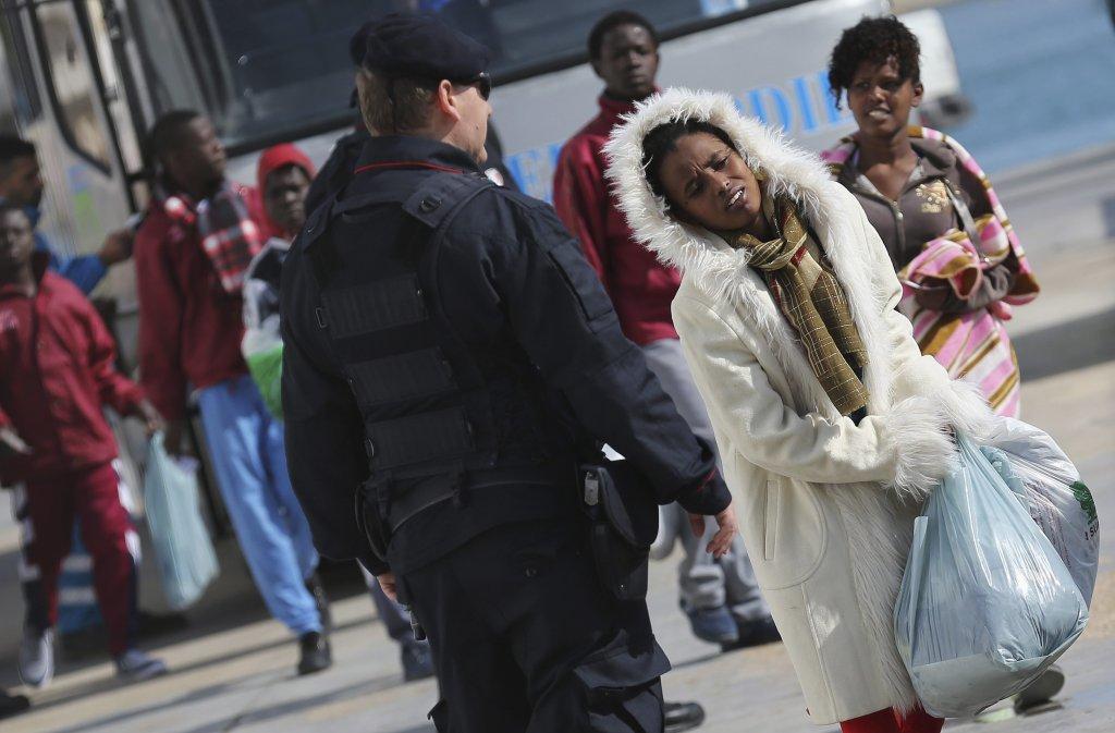 الدرك الإيطالي يشرف على نقل مهاجرين في لامبيدوزا في 20 فبراير 2015| المصدر: رويترز / اليساندرو بيانكي