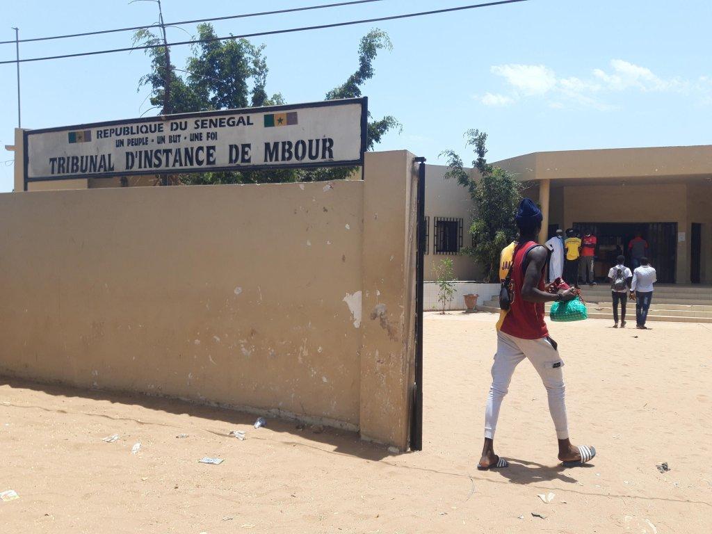 Entrée du tribunal de Mbour à 80 km au sud de Dakar. Crédit : Théa Ollivier/RFI |