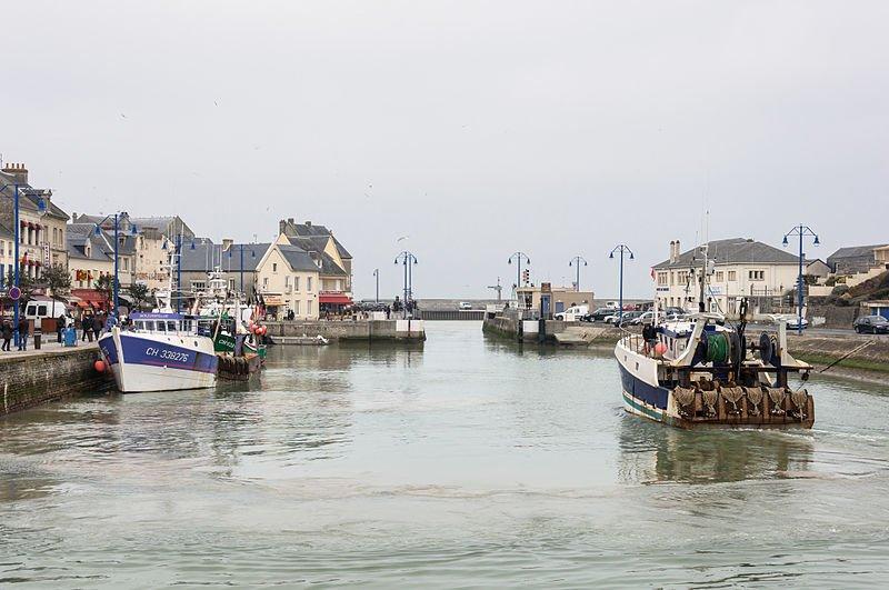 Le port de Port-en-Bessin-Huppain, dans le Calvados, où l'embarcation de migrants a été mise à l'eau. Crédit : Wikimedia Commons