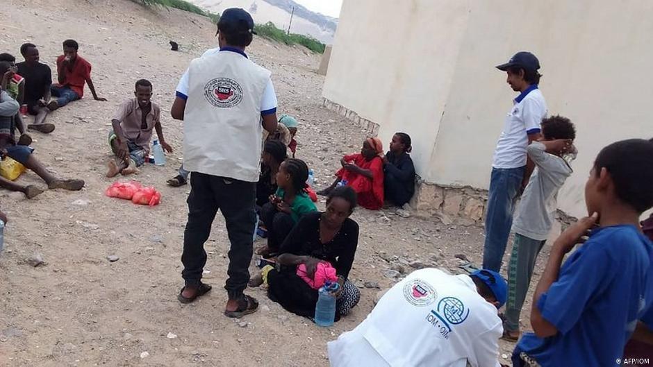 کارمندان سازمان بین المللی مهاجرت در یکی از ارودگاه مهاجرین.