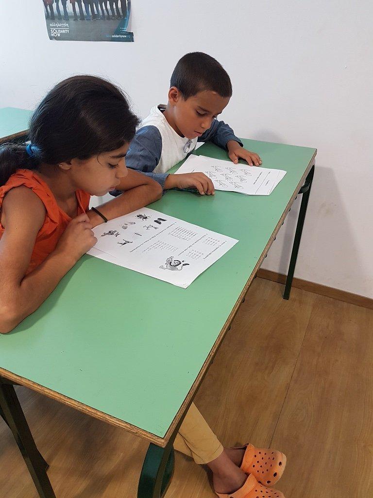طفلة في مدرسة