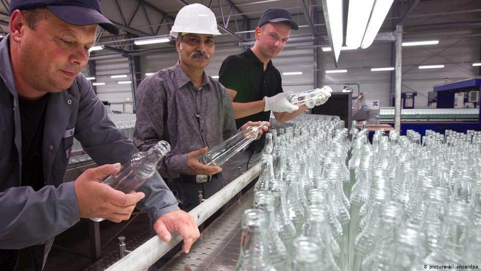 Workers at a glass factors | Photo: Picture-alliance/dpa