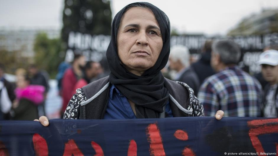 From file: A woman in Athens takes part in a march to protest against delayed family reunification to Germany in November 2017 | Photo: Picture-alliance/dpa/S.Baltagiannis