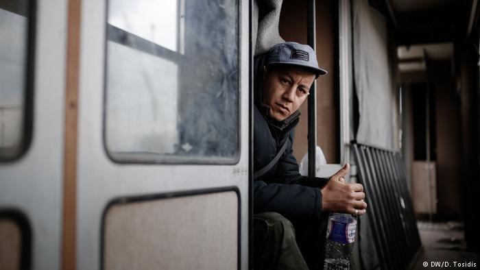 لاجئ يجلس في عربة قطارفي اليونان