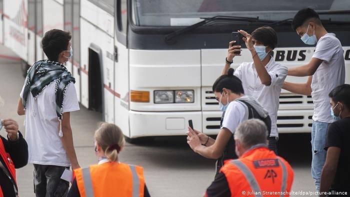 Julian Stratenschulte/dpa/picture-alliance |برنامج استقبال لاجئين من اليونان بدأ في سبتمبر/أيلول الماضي. مطار هانوفر الألماني (أرشيف)