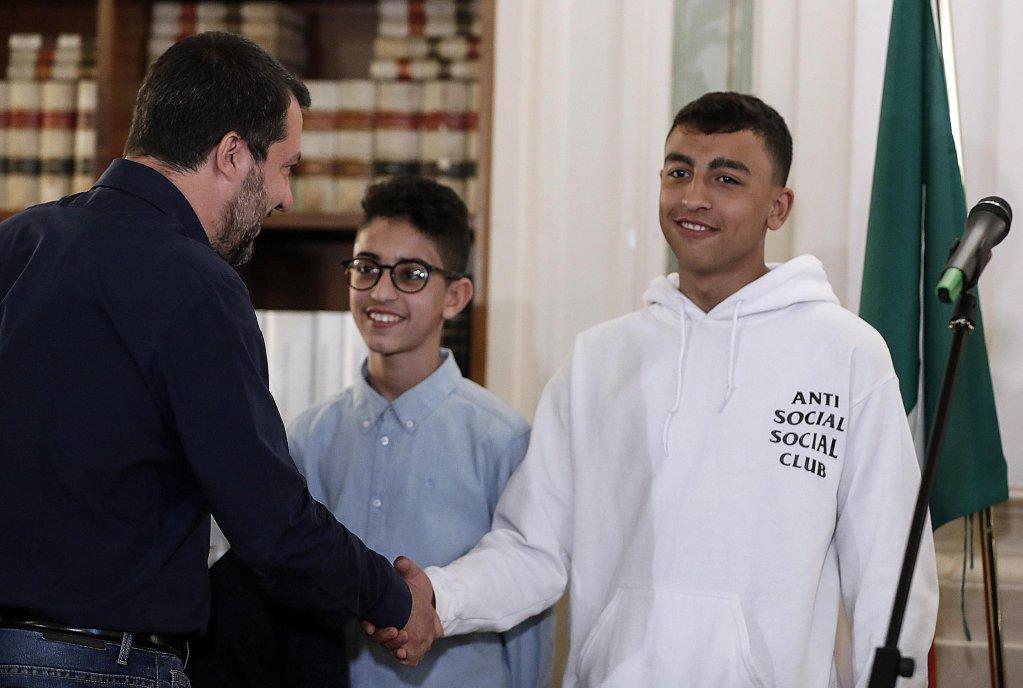 ANSA / ماتيو سالفيني وزير الداخلية مع رامي شحاتة (إلى اليمين) وآدم الحمامي (لليسار). المصدر: أنسا/ ريكاردو انتايمانيي.