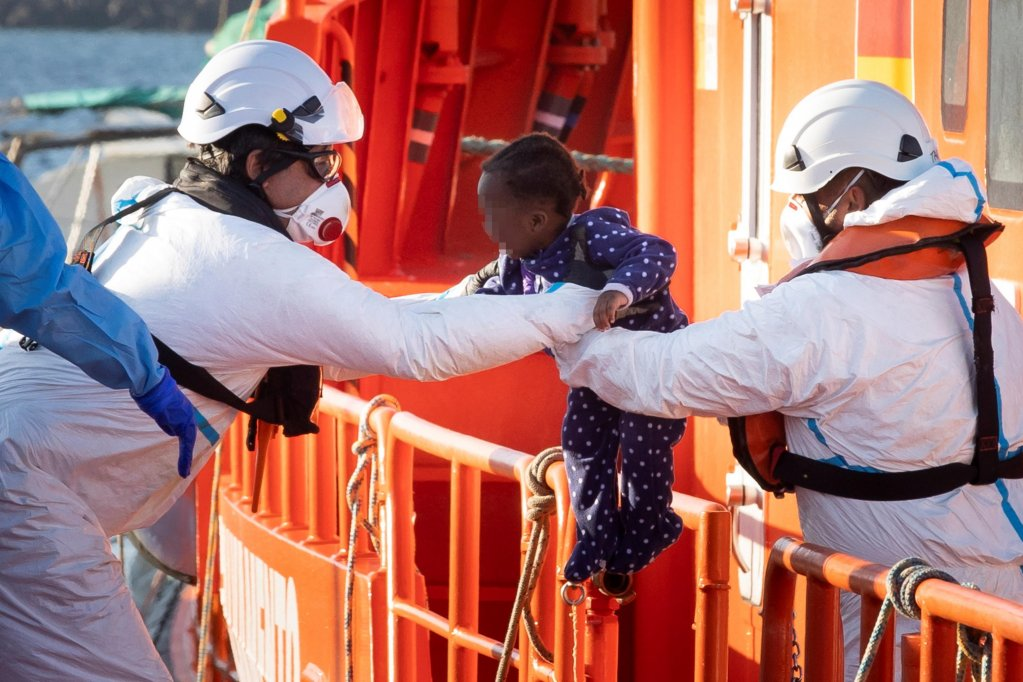 Spanish Salvamento Maritimo members take care of rescued migrants upon their arrival at Arguineguin's port in Gran Canaria, Canary Islands, Spain, 25 August 2021 | Photo: EPA/QUIQUE CURBELO