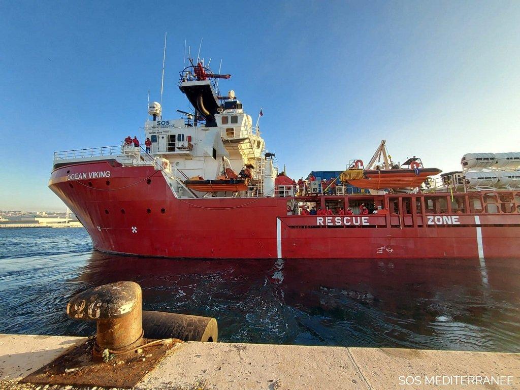 """سفينة """"أوشن فايكنغ"""" أثناء مغادرتها ميناء مرسيليا الفرنسي، الإثنين 11 كانون الثاني\يناير 2020. الصورة من حساب """"أس أو أس ميديتيرانيه"""" على تويتر."""