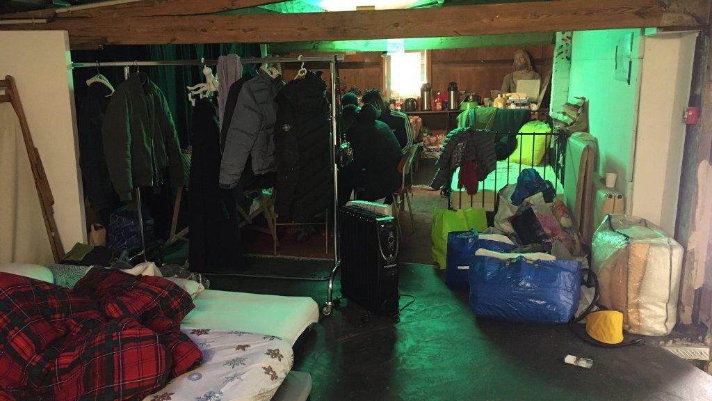 حدود پانزده تن از نوجوانان که زیرسن بودن شان رد شده، از ۲۰ سپتمبر در یک حوابگاه موقتی در یک تئاتر ، در سن-سن-دنی میخوابند. عکس از ژولیا دومون