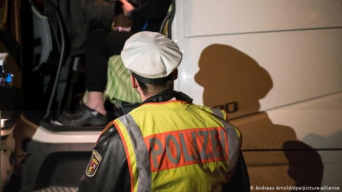 German police are holding a lorry driver on suspicion of migrant smuggling after several migrants purporting to be from Eritrea jumped out of the truck in western Germany | Photo: Andreas Arnold / picture-alliance / dpa