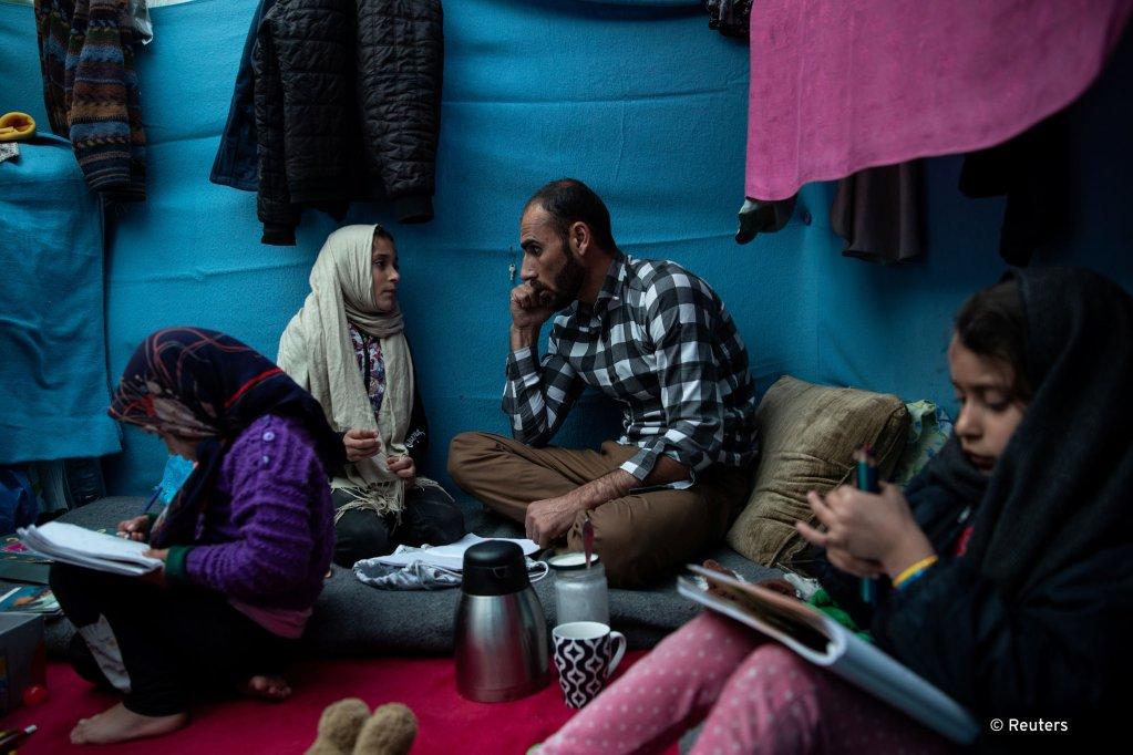 طالب شاه حسینی بازیگر  افغان همراه با خانواده اش در کمپ موریا در جزیره لسبوس در یونان به عنوان مهاجر روزهای سختی را می گذراند.