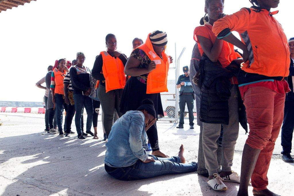 """ansa / لحظة وصول 82 مهاجرا، تم إنقاذهم من الغرق في البحر المتوسط، إلى موتريل في جنوب إسبانيا. المصدر: صورة أرشيف/ """"إي بي إيه""""/ ميجويل باكيت."""
