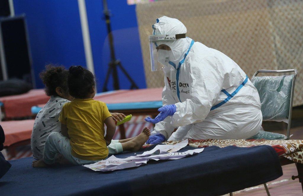 ANSA طبيب هندي يتحدث إلى الأطفال في مركز لعلاج مرضى كوفيد - 19 داخل منشأة العزل الملحقة بمستشفى في نيودلهي. المصدر: إي بي إيه/ هاريش تياجي