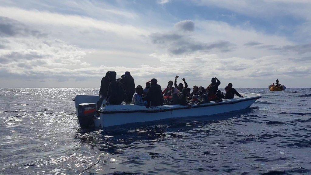 ٣٠ مهاجر سوار بر این کشتی روز چهارشنبه ٢٠ نومبر  نجات یافتند. عکس از اس او اس مدیترانه