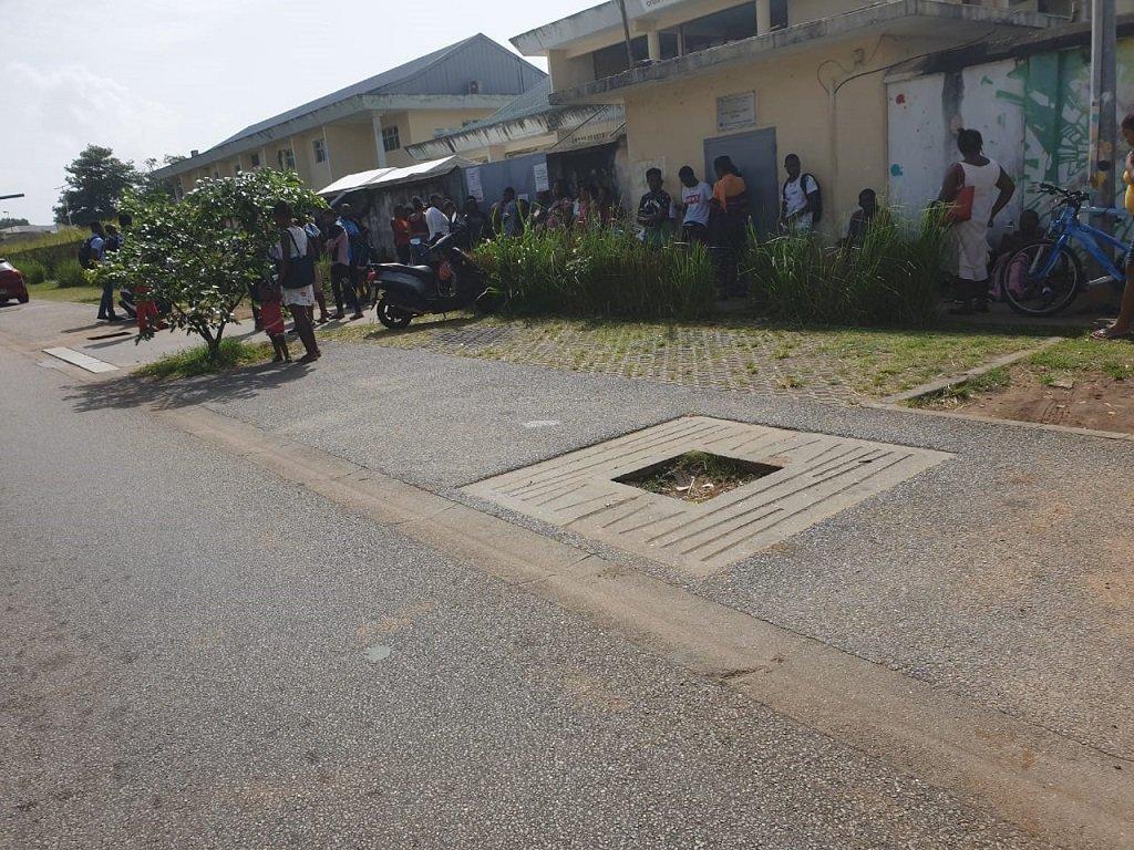 مهاجرون أمام مقر الصليب الأحمر في مدينة كايين، عاصمة غويانا الفرنسية. الصورة أرسلها لنا أحد المهاجرين