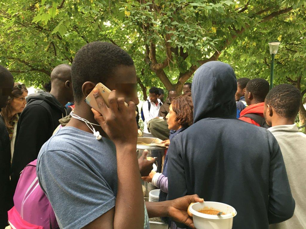 Des migrants mineurs isolés lors d'une distribution de déjeuners des Midis du Mie à Paris. Crédit : InfoMigrants