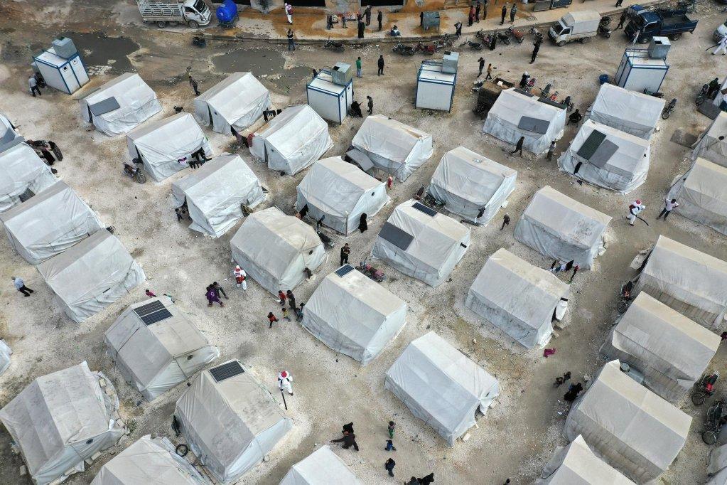 OMAR HAJ KADOUR / AFP |Campagne de désinfection dans un camp de réfugiés à Idleb, en Syrie, vue depuis un drone, le 9 avril 2020.