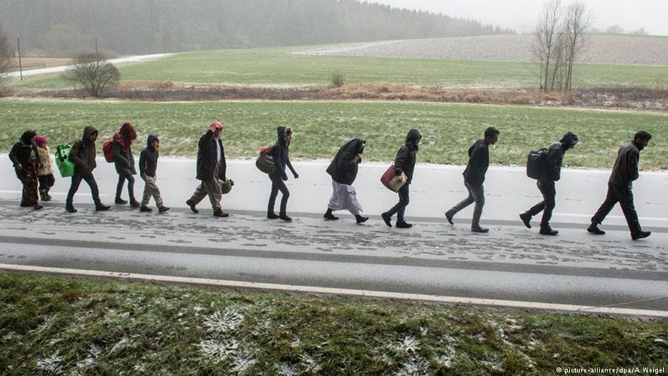 This archive photo from 2015 shows asylum seekers walking across the German border with Austria | Photo: Picture-alliance/dpa/A.Weigel