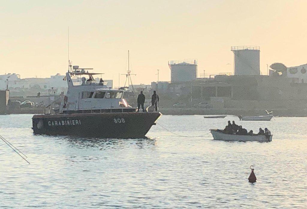 Carabinieri block a boat carrying migrants at the entrance to Lampedusa port. | Photo: ANSA/ELIO DESIDERIO