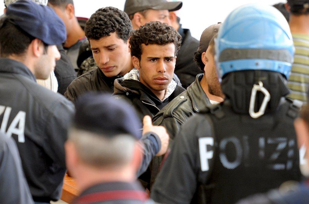 مهاجرون تونسيون في مركز استقبال بلامبيدوزا يحتجون ضد قرار ترحيلهم قسرا. المصدر: أنسا/ إيتوري فيراري.