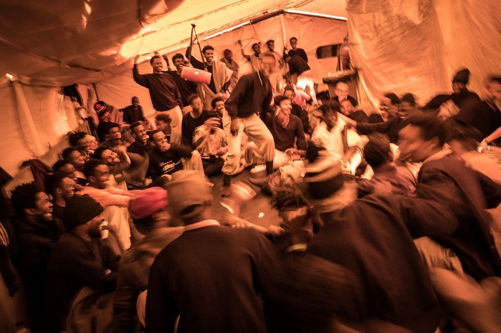 """أجواء الفرح تعم سفينة """"سي ووتش 3"""" بعد وصول نبأ السماح لها بالرسو في ميناء ميسينا، 25 شباط/فبراير 2020. الصورة مأخوذة عن حساب """"سي ووتش"""" على تويتر"""