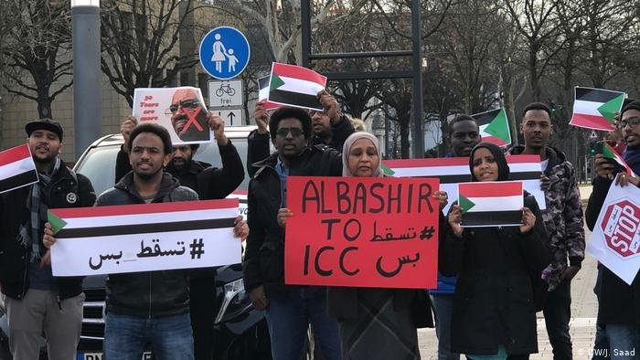 DW/J. Saad |سودانيون يتظاهرون أمام مبنى الأمم المتحدة في بون قبل سقوط البشير