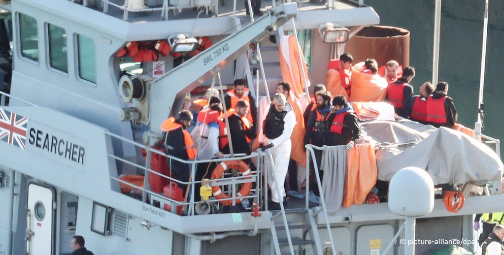Migrants are brought ashore on an upper deck of the Border Force vessel Searcher in Dover   Photo: Picture-Alliance/Empics