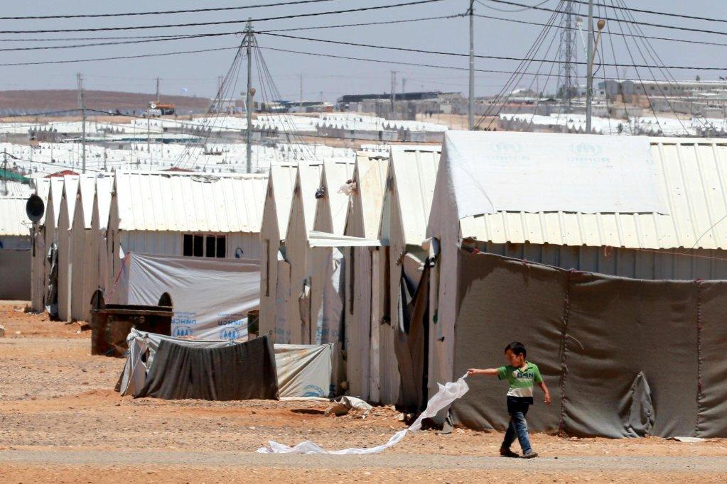 طفل سوري يلعب بطائرة ورقية في مخيم الأزرق، على بعد 100 كيلو متر من العاصمة الأردنية عمان. المصدر: إي بي أيه/ أمال باين.