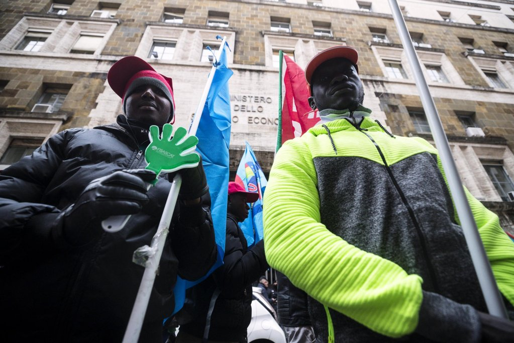 Two migrant workers in Italy during a protest in Rome | Photo:ARCHIVE/ANSA/ANGELO CARCONI