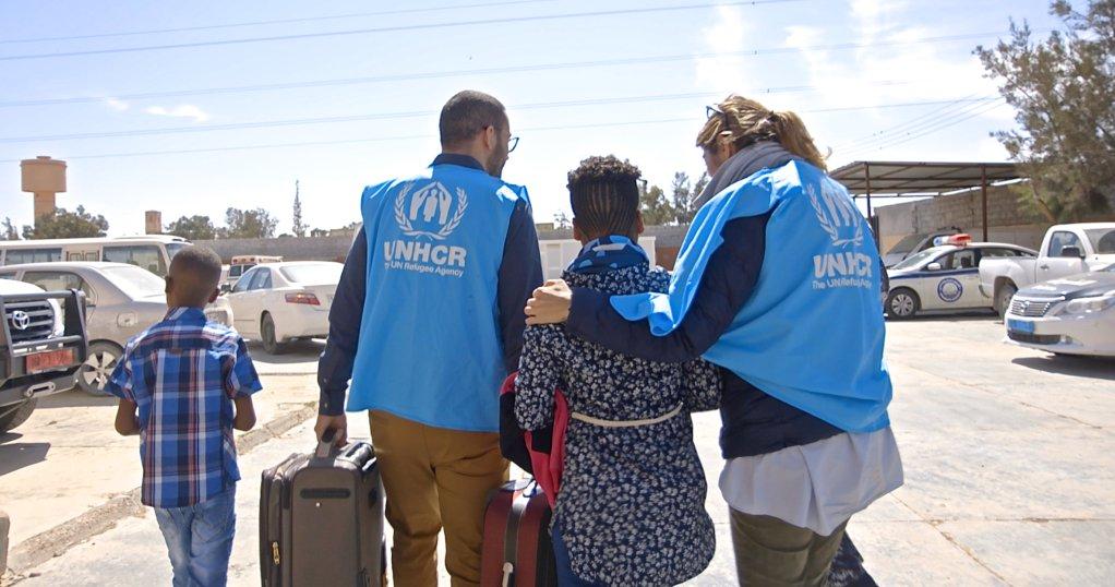 موظفان من فريق مفوضية اللاجئين في ليبيا يرافقان مهاجرين من أريتريا في ليبيا. (مصدر الصورة: مفوضية اللاجئين)