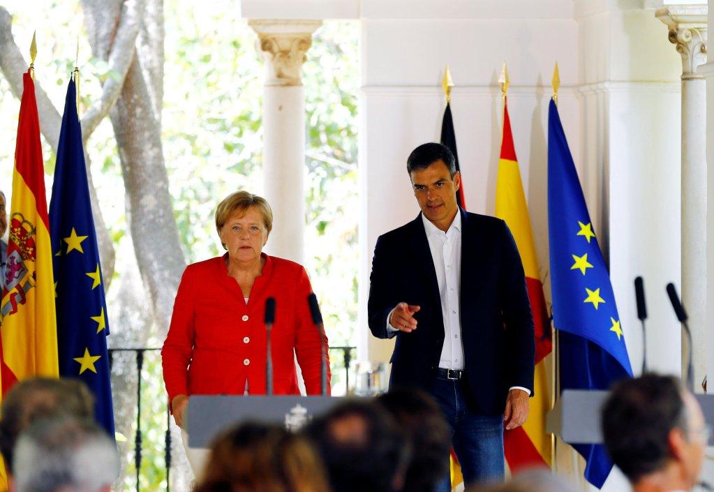 TERS/Marcelo del Pozo |Le Premier ministre espagnol Pedro Sanchez reçoit la chancelière allemande Angela Merkel, à Sanlucar de Barrameda, dans le sud de l'Espagne, le 11 août 2018.