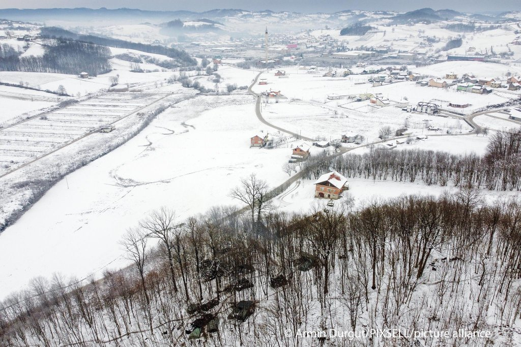 A makeshift migrant camp in the woods near Velika Kladusa in Bosnia on January 14, 2021 | Photo: Armin Durgut/PIXSELL/picture alliance