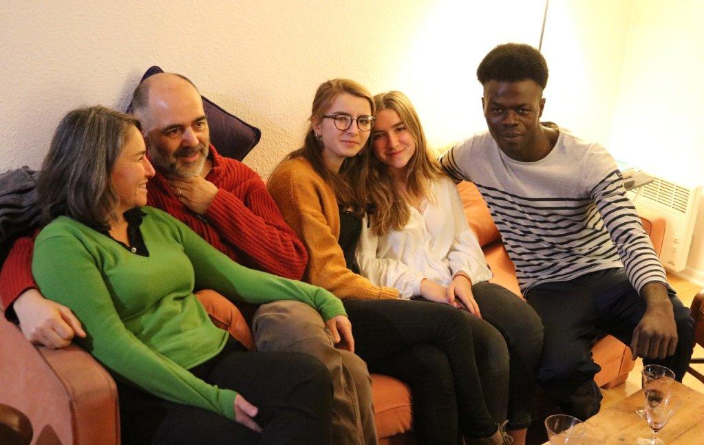Ulrith et sa famille d'accueil, à Bayonne. Crédit : Rémi Carlier pour InfoMigrants