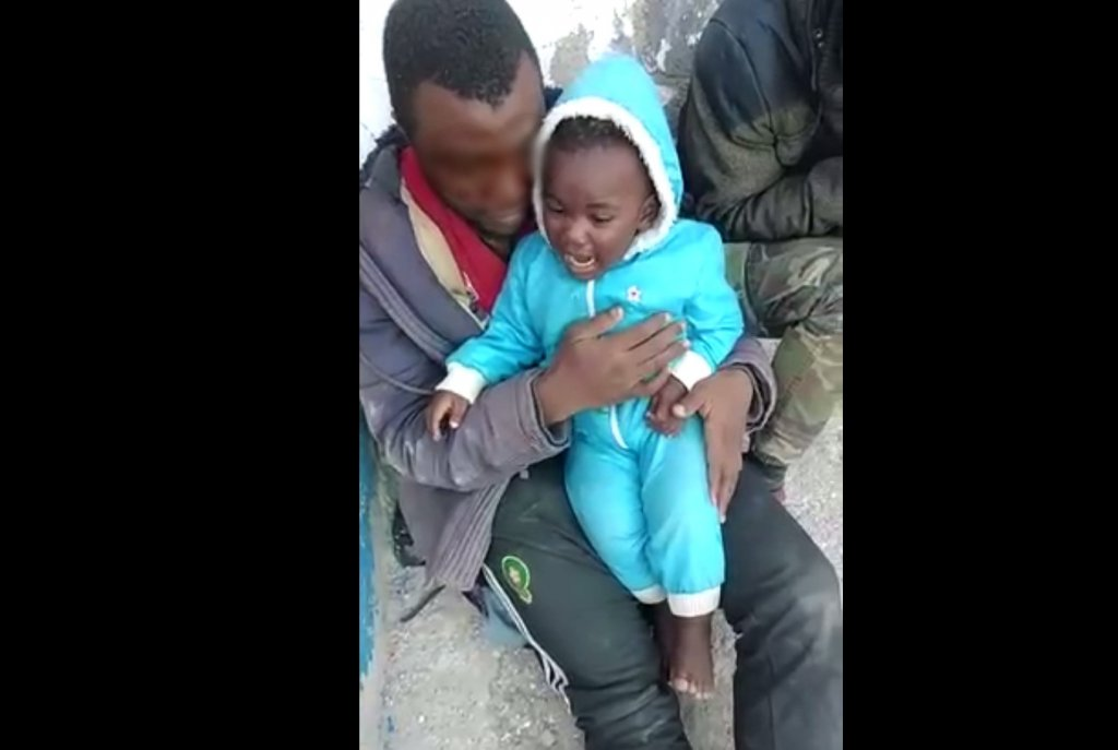 Extrait d'une vidéo envoyée à InfoMigrants. Ce père et son fils ont été filmés sur le Rocher. Crédit : DR