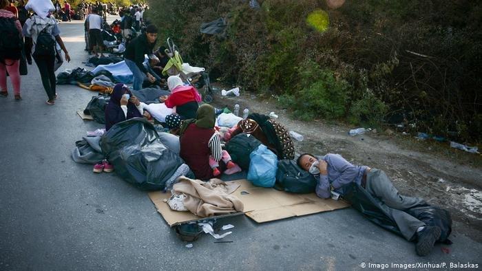 Imago Images/Xinhua/P. Balaskas |مهاجرون يفترشون العراء بعد الحريق الذي طال مخيم موريا باليونان