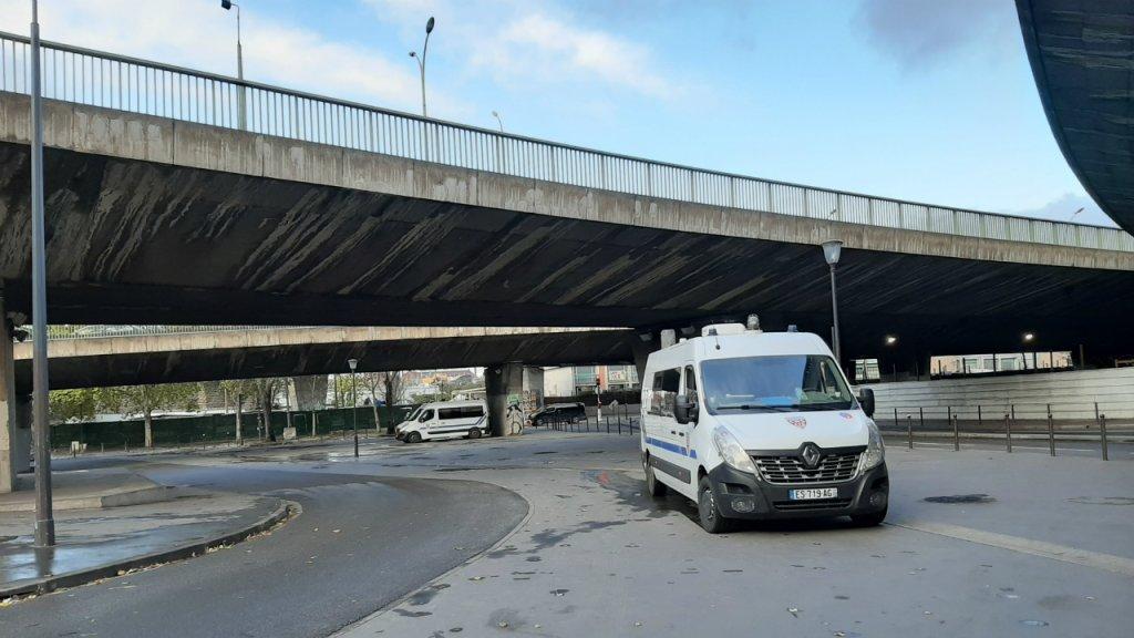 Depuis le démantèlement des campements de migrants le 7 novembre,  environ 50 policiers sont sur le qui-vive autour de la Porte de la Chapelle, à Paris, jour et nuit. Crédit : InfoMigrants