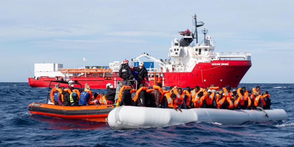 Le bateau Ocean Viking réalise un sauvetage en mer. Crédit : Fabian Mondl / SOS Méditerranée