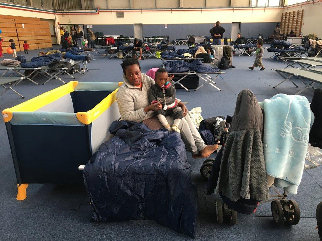 RFI/Marie Casadebaig |Juliet et son fils Moses dorment dans ce gymnase depuis jeudi dernier, 7 novembre 2019.