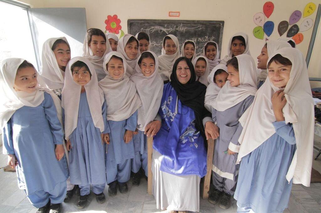 عاقله آصفی با تعدادی از شاگردانش در ایالت پنجاب پاکستان. عکس از UNHCR