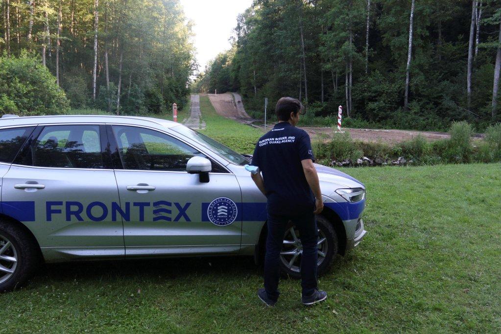 """أحد أعضاء وكالة حماية الحدود الأوروبية """"فرونتكس"""" في كابسياميستيس في ليتوانيا. المصدر: إي بي إيه."""
