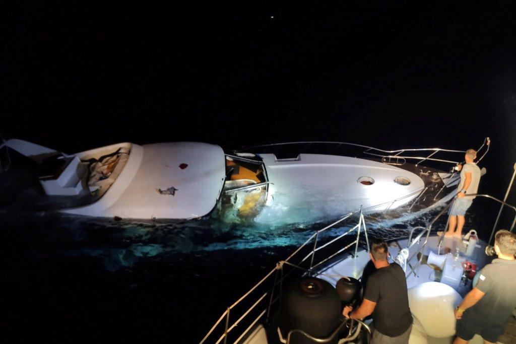 Un yacht coule durant une opération de sauvetage des garde-côtes grecs. Photo d'illustration obtenue par Reuters le 26 août 2020. Crédit : Reuters